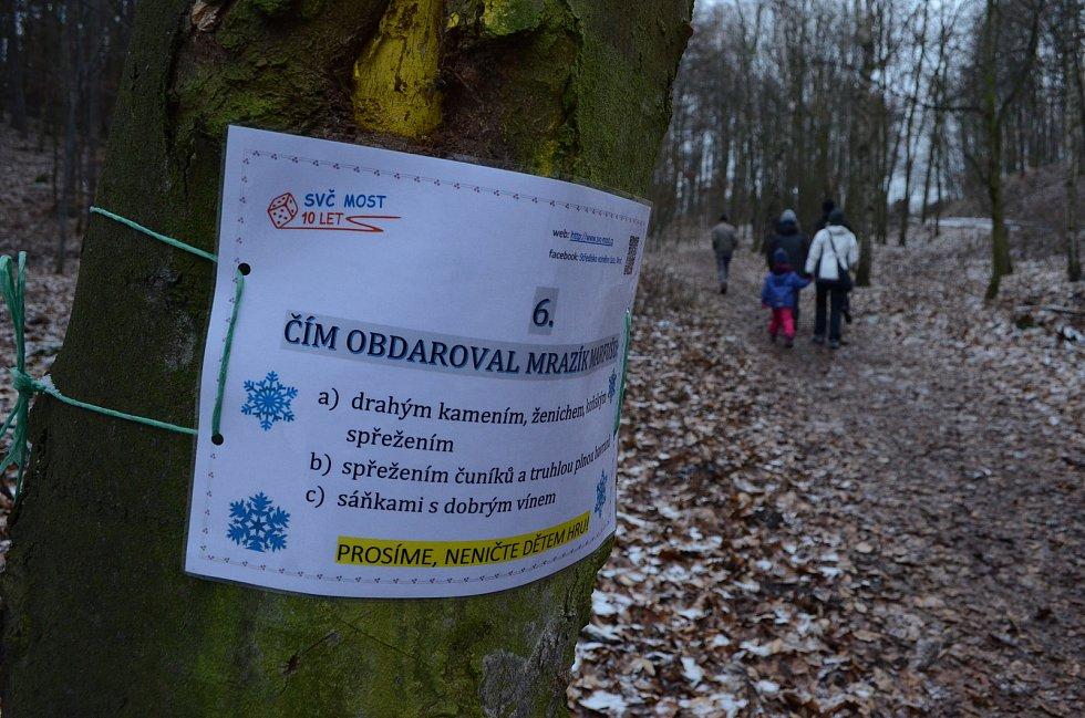 O víkendu lidé chodili na mostecký vrch Ressl, kde krmí nutrie a kachny a kde vznikla nová kvízová stezka.