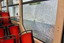 Na vůz projíždějící tramvajovou křižovatkou u bloku 100 v Mostě kdosi zaútočil kameny. Jeden z nich rozbil okno v salonu pro cestující. Pasažéři zažili šok.