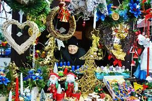DNES NAPOSLEDY. Marie Aichingerová a její království na Vánočních trzích na 1. náměstí  v Mostě. Trhovkyně si část zboží vyrábí sama.