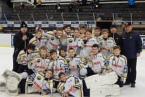 Sedmáci HC Litvínov se radují ze zlatých medailí.