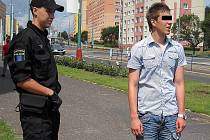 Strážník se zadrženým mladíkem, který svého činu následně litoval.