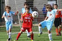Adam Horský z Fotbalové školy Most (vpravo) odvrací útočnou akci Baníku Souš na turnaji v Jirkově.