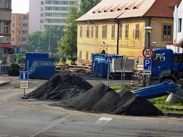 Opravy v Mostecké ulici komplikují dopravu ve městě.