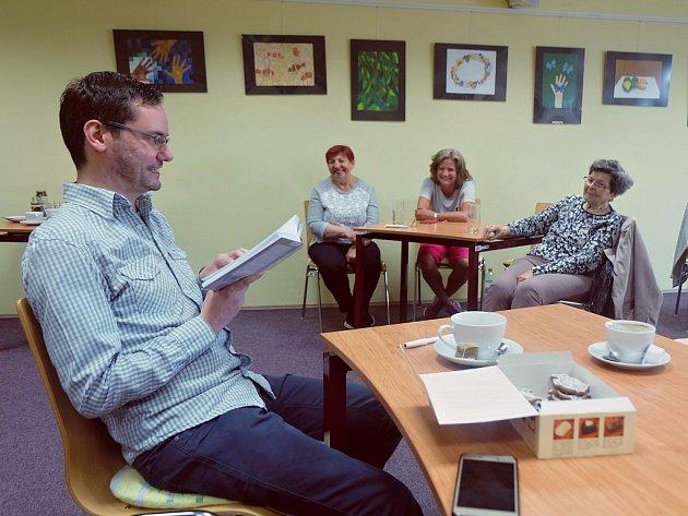 Začínají autor Jiří Hnilička navštívil Litvínov. Hovořil o své knize Rok blba.
