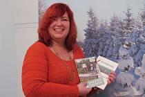 Ředitelka Destinační agentury Krušné hory Eva Maříková s brožurami, které vydala. Jedna se jmenuje Do Krušných hor bez bariéry a je určená nejen handicapovaným, ale také seniorům a rodinám s dětmi. Druhá se jmenuje Města Podkrušnohoří.