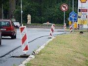 Rekonstrukce vozovky v ulici Chomutovská v Mostě, kde bude červený cyklopruh po obou stranách.