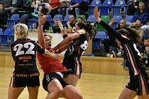 Zleva v černém mostecké Lucia Mikulčík, Dominika Zachová a Veronika Mikulášková sklaply v obraně kleště. Bánovcům dovolily 17 gólů.
