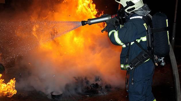 Hořící popelnice v Mostě.