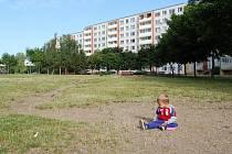 Malý Adam si hraje v prachu na mosteckém sídlišti Sedmistovky, kde město zrušilo dětské hřiště, a nové nepostavilo. Snímek je z roku 2010. Od té doby se nic nezměnilo.