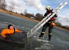 Hasiči nacvičovali záchranu tonoucího z ledu