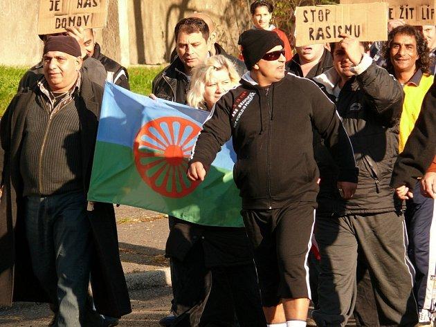 Protestní pochod Romů Janovem při loňských demonstracích extremistů v Litvínově.