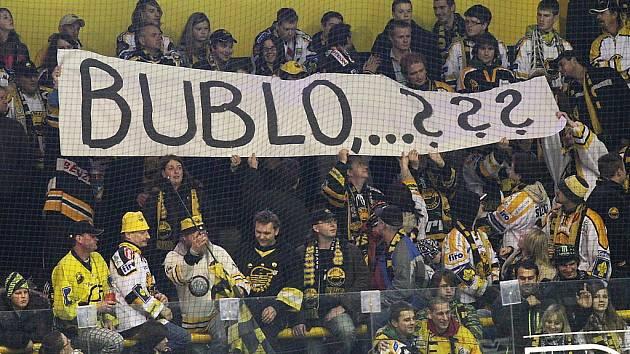Celou první třetinu fanoušci Litvínova nefandili. Transparenty vyjádřili nespokojenost s vedením Vervy.