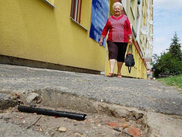Lidé si stěžují na rozbitý chodník u bloku 265.