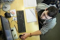V PRÁCI. Ondřej Kulíšek navrhuje grafiku v kanceláři společnosti Freeline.cz v Mostě. Pracuje i doma, ve svém volnu, kde se věnuje vlastní tvorbě.
