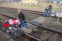 Podchod do Rudolic je v děsném stavu. Lidé raději chodí po kolejích.