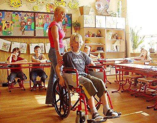 Žáci 8. základní školy si vyzkoušeli těžkou jízdu na vozíčku pro invalidy.