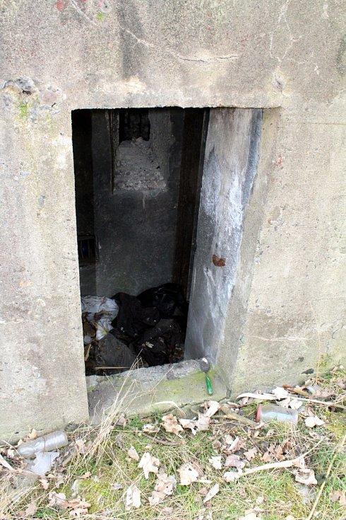 Další z bunkrů v průmyslovém areálu Kopisty u Mostu. Podle lžíce se dá usuzovat, že sloužil k ubytování.