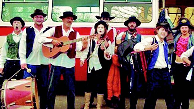 Herci mosteckého Divadla rozmanitostí pózují jako potulní cikáni. V muzikálu ožije jejich hudební temperament.