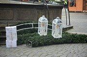 Mezi budovou mostecké radnice a hotelem vzniká veřejné venkovní ledové kluziště, na sousedním 1. náměstí instalují Vánoční trh a zdobí 40 let starou vánoční jedli, dar od občana.