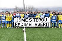 Před zápasem hráči společně vyjádřili podporu Radimu Novákovi. Pak už se šlo do boje před 362 diváky.