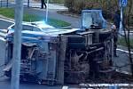 V sobotu ráno havaroval na novém kruhové objezdu v Mostě u aquadromu popelářský vůz.