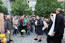 Na 150 odpůrců Andreje Babiše se v úterý zúčastnilo demonstrace v Mostě na 1. náměstí, kde vyjádřili podporu celostátní kampani Milion chvilek pro demokracii. Transparenty a proslovy kritizovali předsedu vlády, který se podle nich chová jako monarcha.
