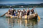 Takto vypadá monoxyl, pravěký člun vydlabaný z kmene stromu. Snímek je z nádrže Rozkoš u České Skalice.