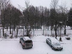 Na Mostecku od rána sněží.