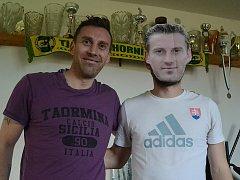 Jan Šimák a Jan Šimák alias Lukáš Mikulčík. Místní hráči si podobu slavného fotbalistky vystřihli z papíru.