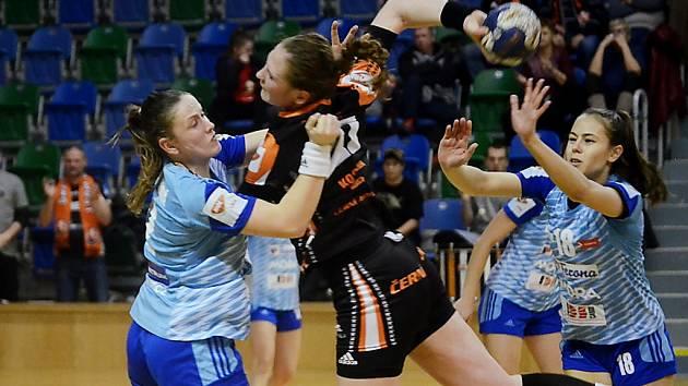 Mostecká Alica Kostelná (v černém) se svým výkonem také podepsala na postupu Mostu mezi čtyři nejlepší týmy v Českém poháru.