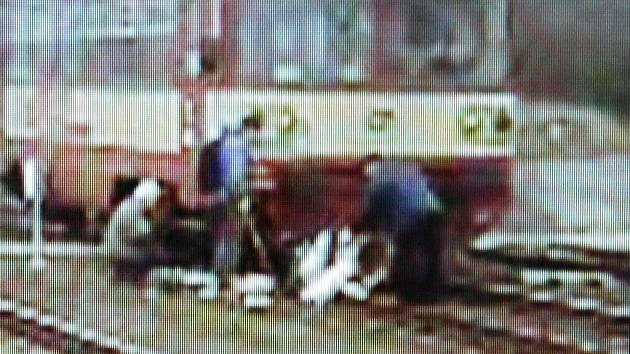 Motorový vlak srazil kočárek na mosteckém nádraží. Uvnitř naštěstí nebylo dítě.