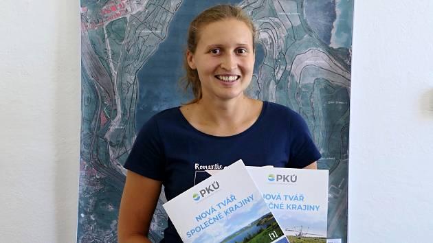 Dominiku Müllnerovou znají Mostečané hlavně jako brankářku prvoligového házenkářského týmu Černých andělů, ale je také spoluautorkou publikace o jezeru Most.