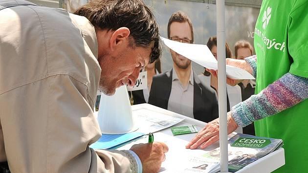 Lidé u Centralu podepisují petici za zákaz hazardu v Mostě. Místní Strana zelených, která není v zastupitelstvu, odmítla názor, že je to součást její volební kampaně. Zákaz heren je podle aktivistů nutný.