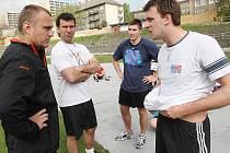 Robert Reichel (vlevo) udílí pokyny svým svěřencům při tréninku v Litvínově.