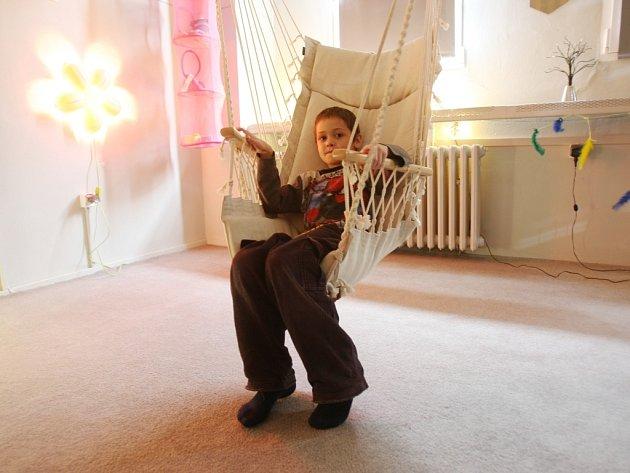 Školák Honzík odpočívá ve speciálně upravené multismyslové místnosti Snoezelen.