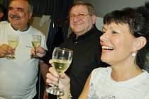 Radost Severočechů Most, teď vyjednávají s ANO o vzniku mostecké vlády. Zleva Vlastimil Vozka, Jiří Zelenka a Alena Dernerová při oslavě vítězství.
