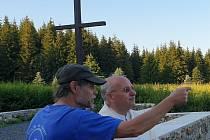 Na místě původního kostela ve Flájích je nový kříž.