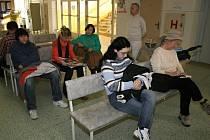 Z čekárny a ordinace ne do postele, ale ven. Spousta lidí nedodržuje nemocenskou.