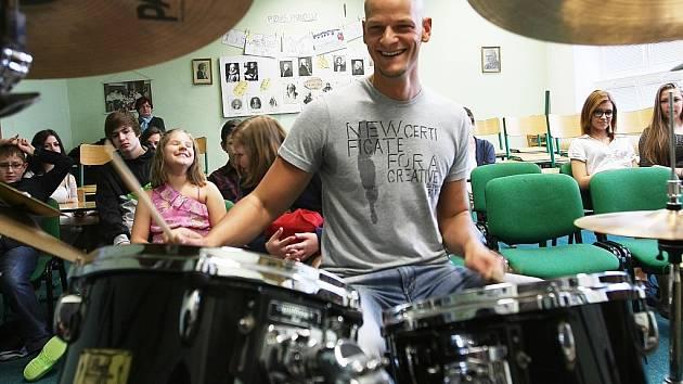 Akce Setkání se zajímavými Mostečany na 8. ZŠ v Mostě. Na bubny hraje David Homola.