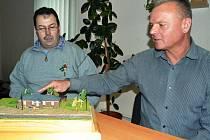 Jiří Hofman z Brandova vytvořil model brandovského nádraží v železničním měřítku TT, aby obec měla památku na dnes již neexistující objekt. Vpravo je starosta obce Jiří Mooz. Model se nachází na obecním úřadu.