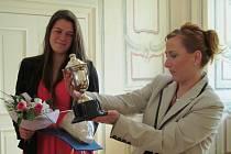 Trofej pro vítěze si prohlédla i Kamila Bláhová.