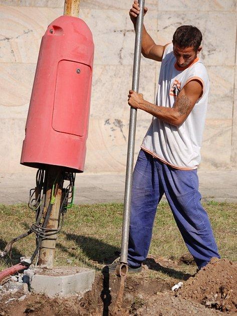 Dělník Arpád Ficu hloubí v centru Mostu jámu pro instalaci nového veřejného osvětlení.