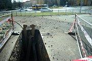 Při tlakové zkoušce potrubí u mostecké Luny se uvolnila záslepka. Následoval výbuch a gejzír zeminy