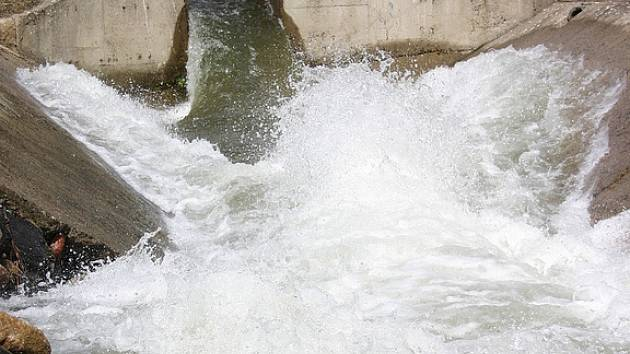 I malý rozvodněný potok může být nebezpečný.