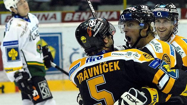 Litvínovští hokejisté zahájili boje ve čtvrtfinále play off s Karlovými Vary.