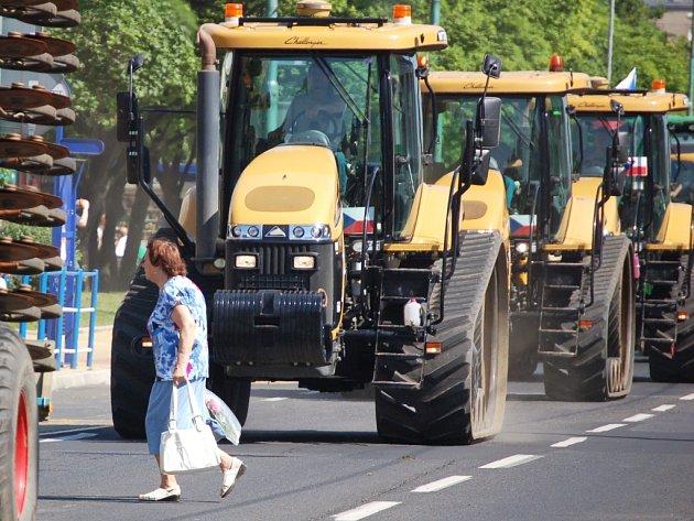 Průjezd konvoje zemědělské techniky Mostem v roce 2012.