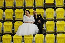 Vratislav Bílek má tak rád hokejový Litvínov, že ho zvolil i jako kulisu svých svatebních fotek s manželkou Eliškou.