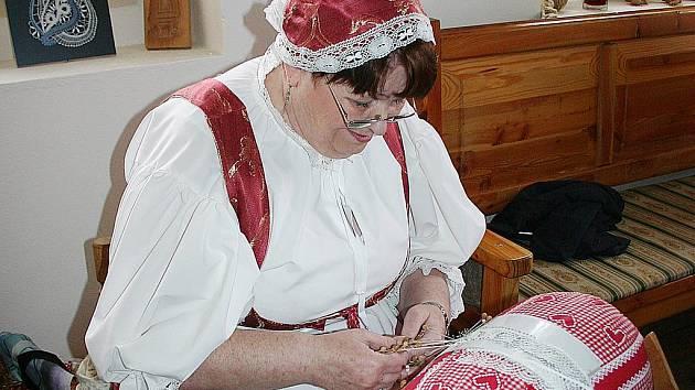 Pavla Salvová v lidovém domě na Lesné při slavnostním zahájení paličkovala. Krajka se v minulosti poté prodávala v metráži na trhu.