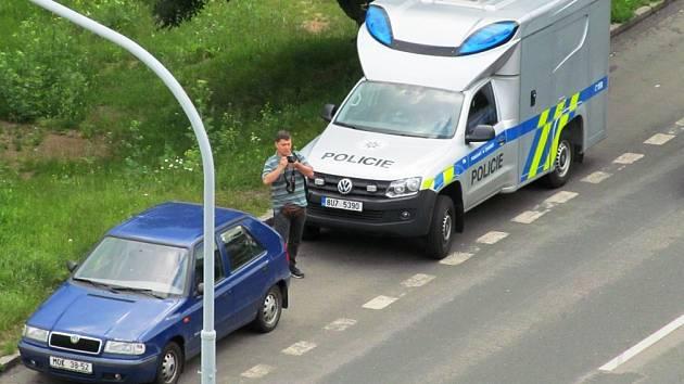 Jeden z policistů nedaleko místa činu.
