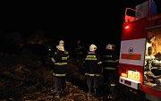 Hasiči bojují s travním a lesním požárem v okolí Lužic
